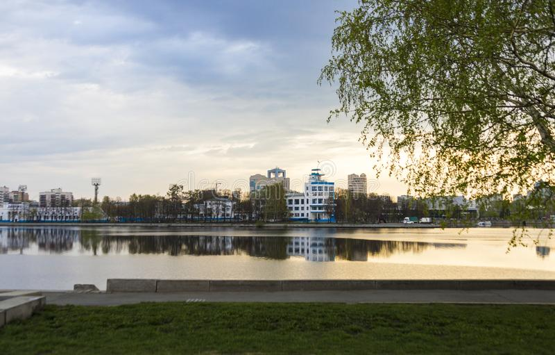 一个大城市的堤防在清早 图库摄影