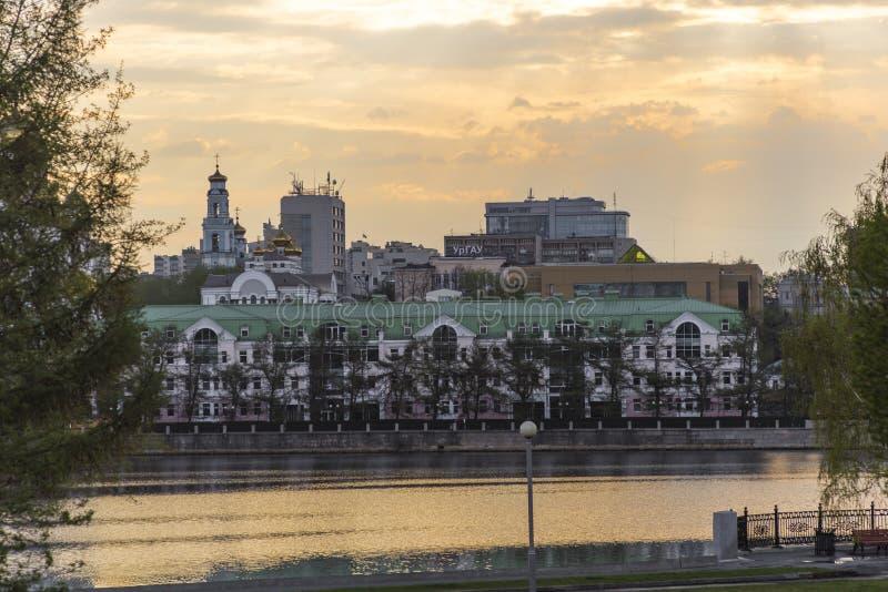 一个大城市的堤防在清早 免版税库存图片