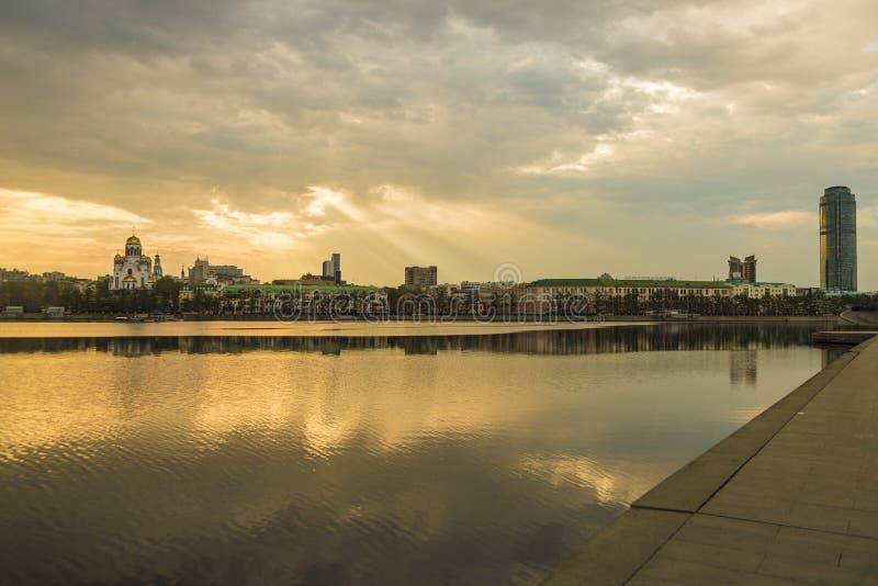 一个大城市的堤防在清早 免版税库存照片