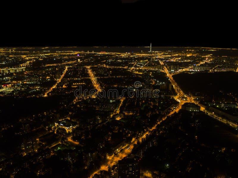 一个大城市的空中夜视图 美好的都市风景全景在晚上 大厦鸟瞰图有汽车的路在城市在 库存图片