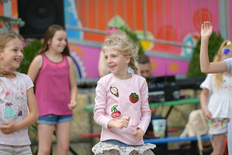 一个大小组愉快的乐趣体育孩子跳跃,体育和跳舞 童年,自由,幸福,概念的活跃 免版税库存照片