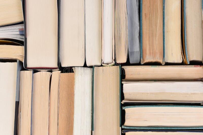 一个大小组的特写镜头在从直接地看的任意顺序的使用的书上面 免版税库存照片