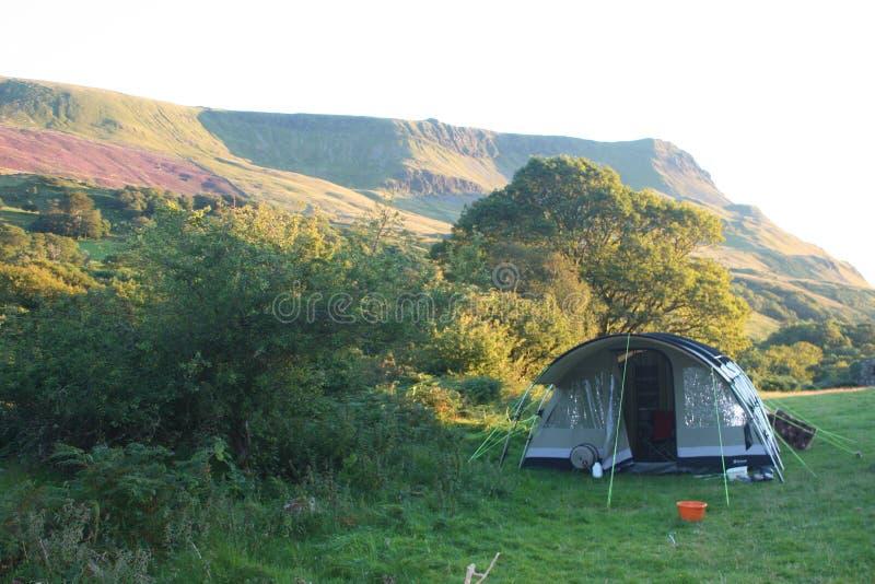 一个大帐篷在山脉前面投了 免版税库存照片