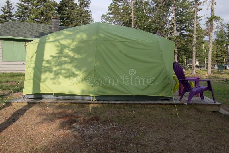 一个大帐篷坐一个木平台 免版税库存图片