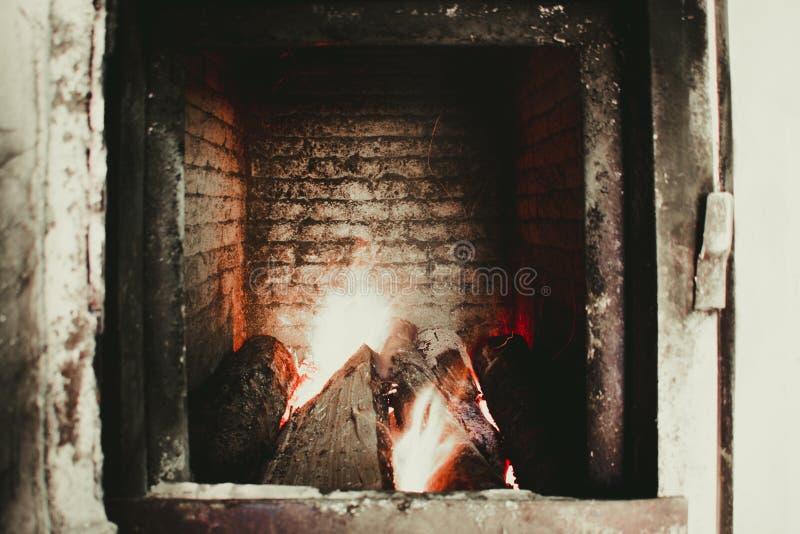 一个大火炉在有被稀释的火的一个锅炉室 免版税库存图片