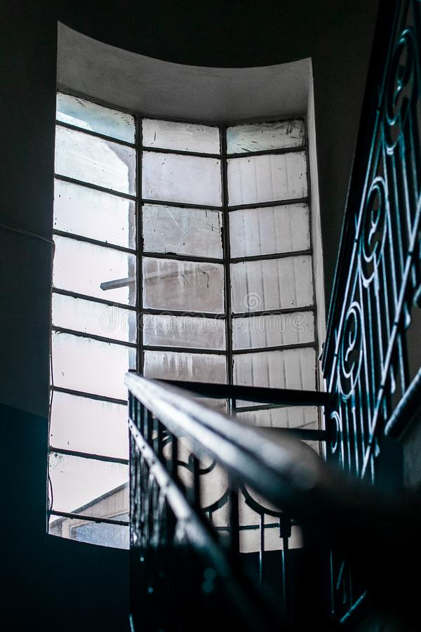 一个大窗口阐明钢塔的内部 图库摄影