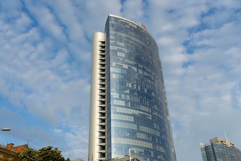 一个大美丽的城市的看法在清早 ?? r 摩天大楼在反对天空蔚蓝的市中心与云彩 图库摄影