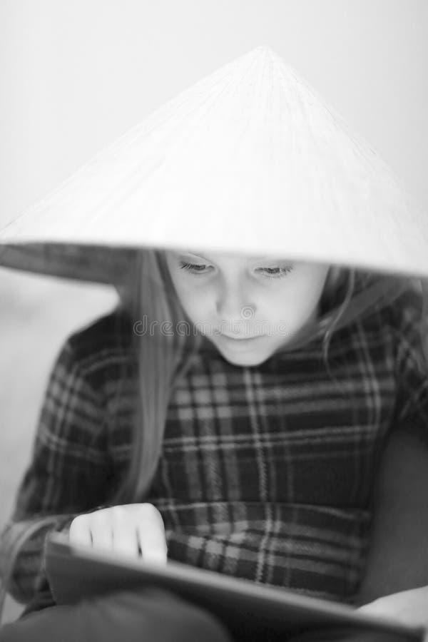 一个大草帽的一个逗人喜爱的白肤金发的女孩 免版税图库摄影