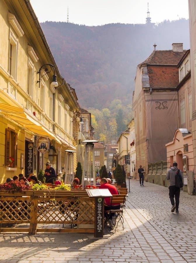 一个大阳台的人们在布拉索夫,其中一的大街在城市的历史中心 免版税库存照片