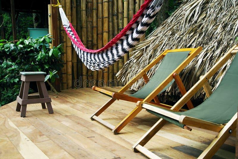 一个大阳台的消遣地方在门卡-木折叠椅和吊床 圣玛尔塔内华达山脉山 库存照片