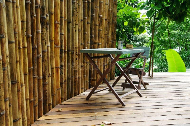 一个大阳台的消遣地方在门卡-竹棍子、木桌和椅子篱芭  圣玛尔塔内华达山脉山 库存图片