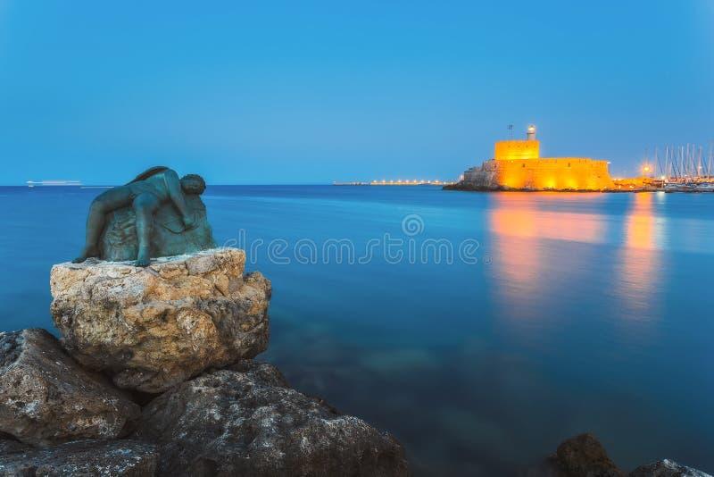 一个天使的雕塑在圣尼古拉斯堡垒的背景的  Lindos 希腊 图库摄影