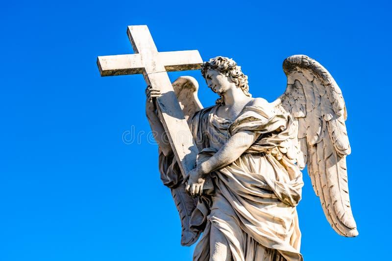 一个天使的雕象与十字架的在Sant& x27;安吉洛桥梁在罗马,意大利 库存图片