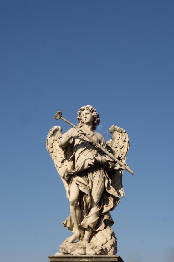 一个天使的雕象在一座桥梁的在罗马 免版税库存图片