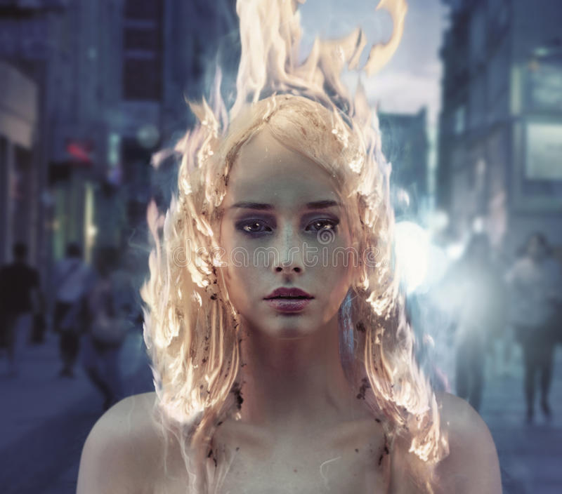 一个夫人的概念性画象有灼烧的头发的 免版税库存图片