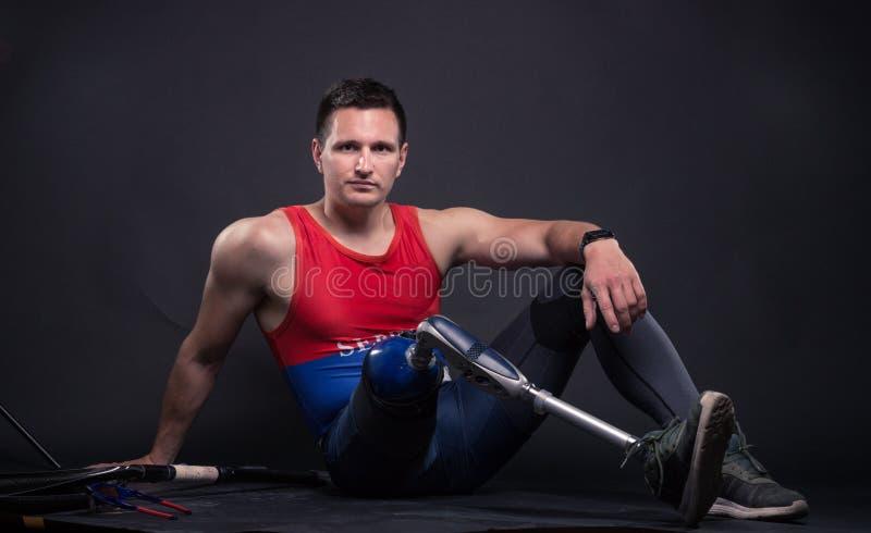 一个失去能力的人,义肢腿,运动员 库存照片