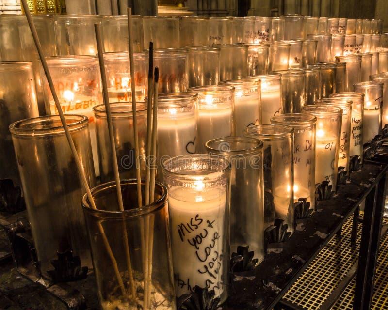 一个奉献的蜡烛或祷告蜡烛是小蜡烛,典型地白色或蜂蜡黄色,意欲被烧作为一奉献提供 免版税库存照片