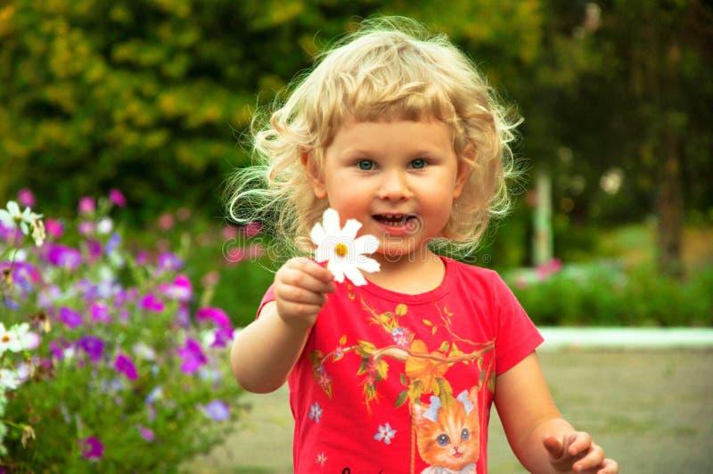 一个女婴在公园 库存照片