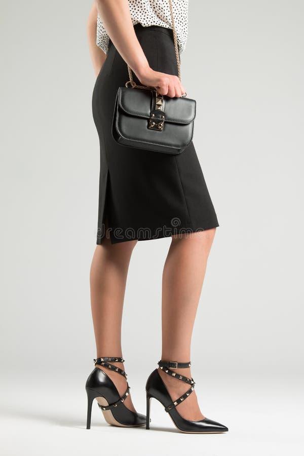 一个女孩典雅的鞋子的和有提包的 在wardro的钉 免版税库存图片