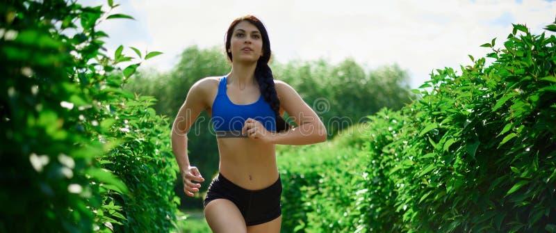 一个女孩参与体育 免版税图库摄影