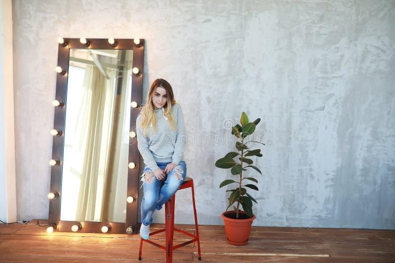 一个女孩在一间舒适屋子休息 免版税库存照片
