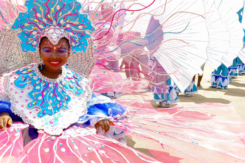 Download 一个女孩在多巴哥穿描述Buccoo礁石的服装作为全国文化水下的遗产一部分 编辑类库存照片 - 图片: 79521253