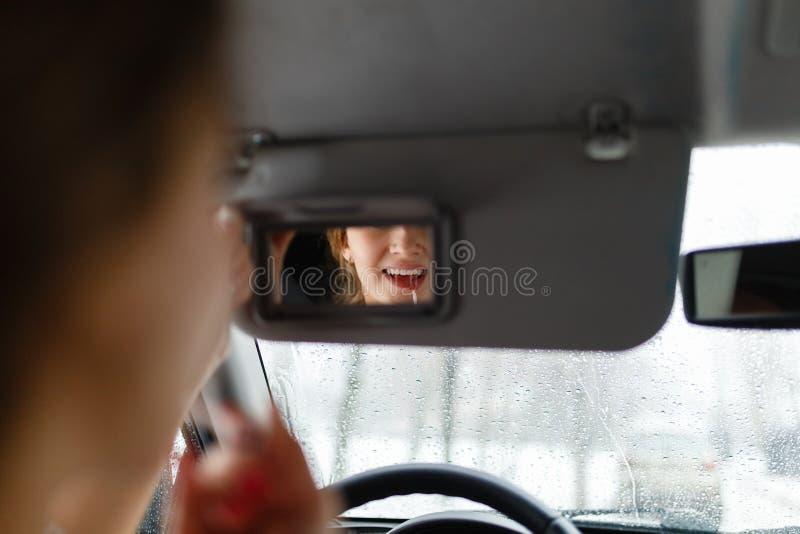 一个女孩在汽车投入构成 免版税图库摄影