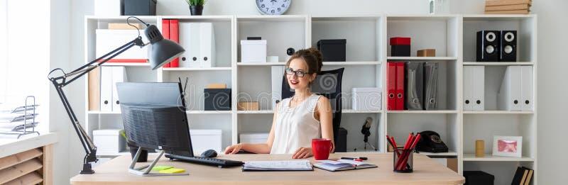 一个女孩坐在书桌在办公室 库存图片