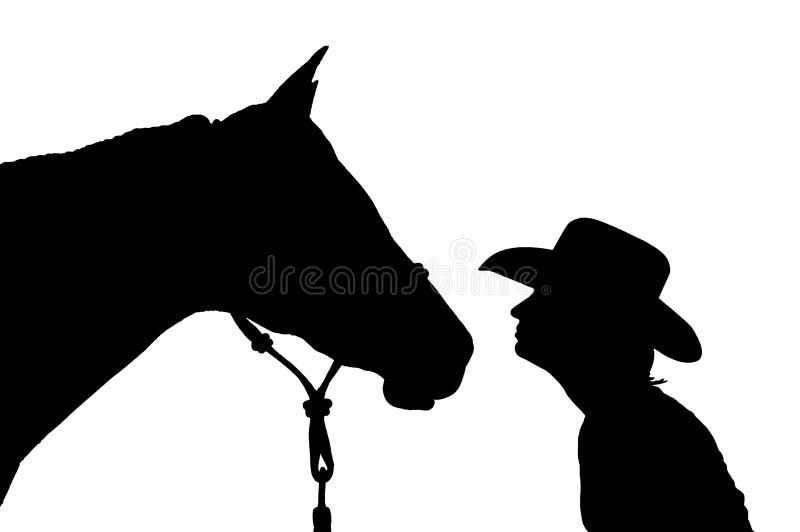一个女孩的剪影一个牛仔帽的有她的马的 免版税库存图片