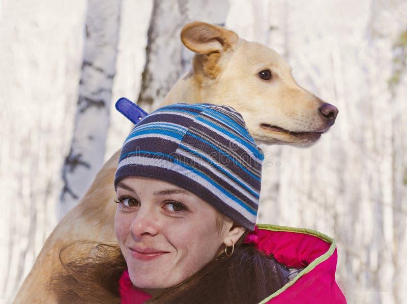 一个女孩的双重画象有一条狗的在桦树树丛里 免版税库存图片