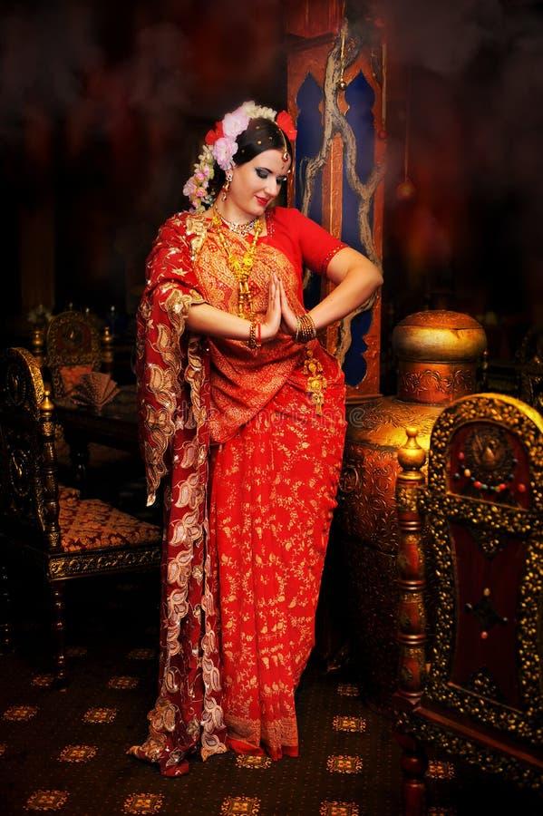 一个女孩的好看照片红色莎丽服的 库存图片