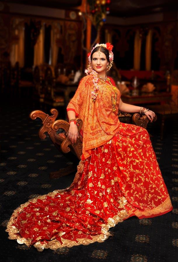 一个女孩的好看照片红色莎丽服的 免版税库存图片