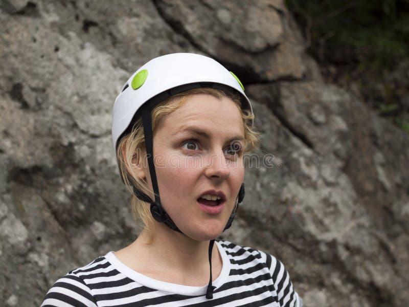 一个女孩的惊奇的面孔是登山人 库存图片