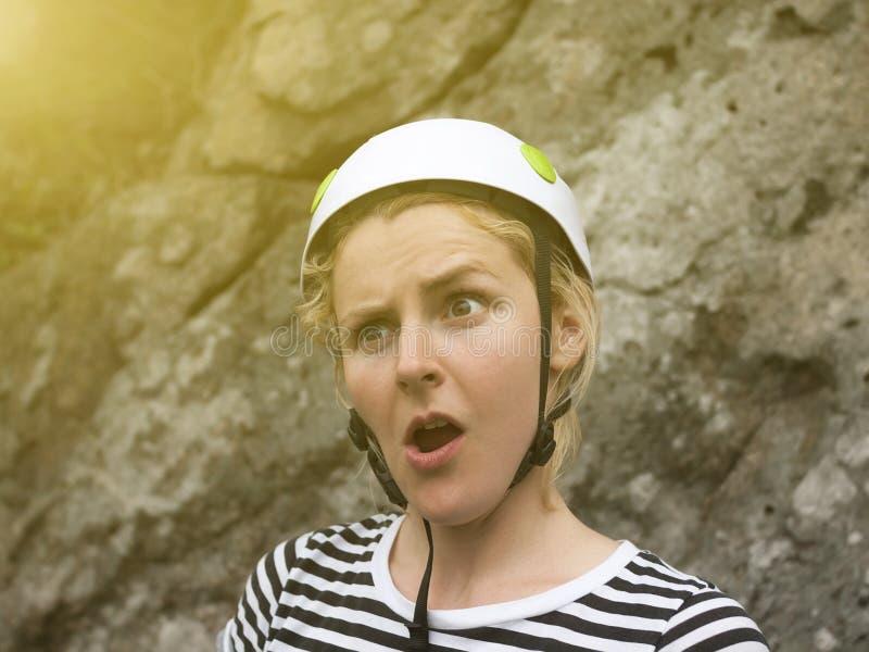 一个女孩的惊奇的面孔是登山人 免版税库存照片