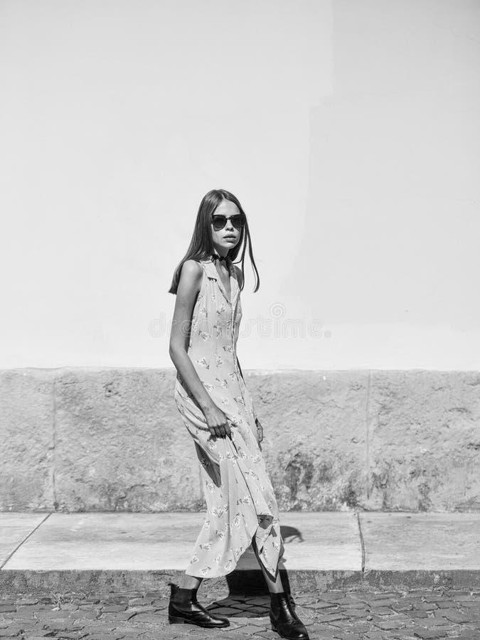 一个女孩的时尚画象 太阳镜和礼服的俏丽的女孩 库存图片