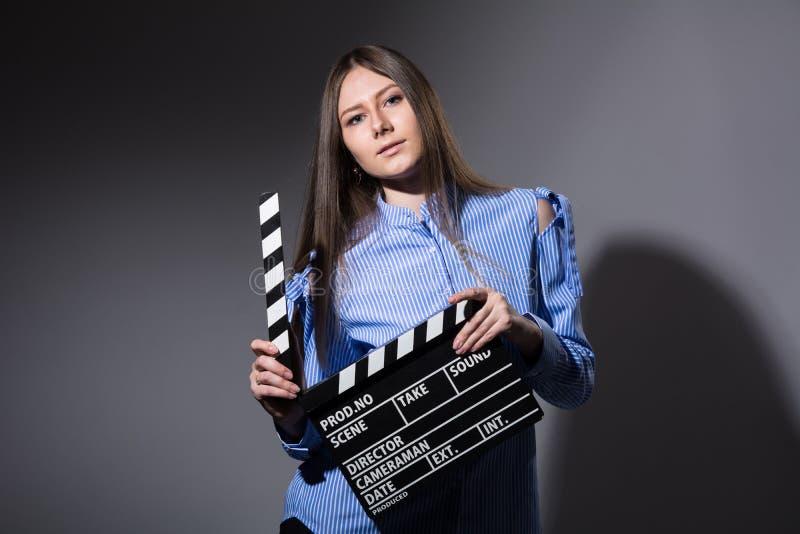 一个女孩的特写镜头有电影拍板的 库存照片