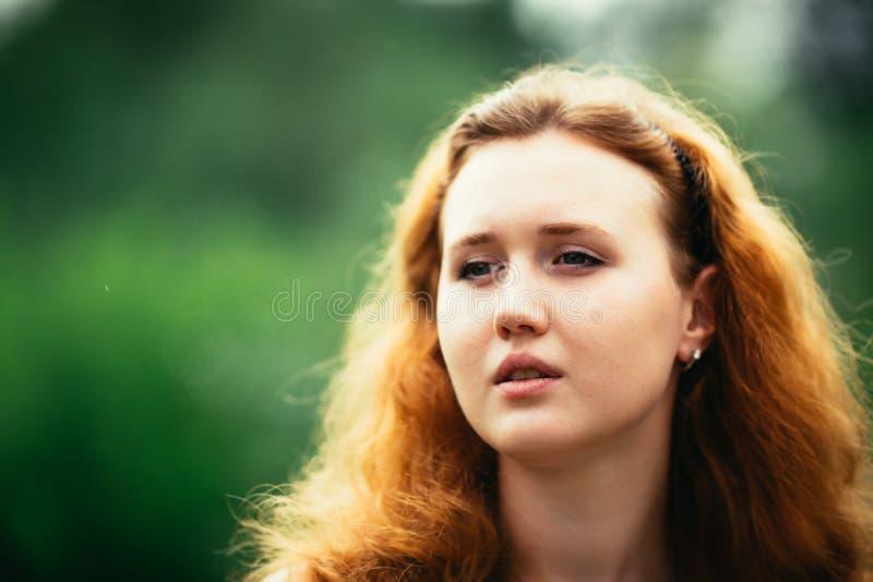 一个女孩的画象反对自然背景的 免版税库存图片