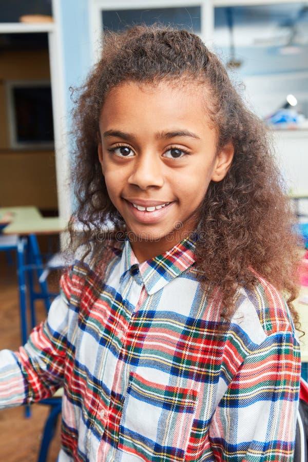 一个女孩的画象在小学 免版税库存图片