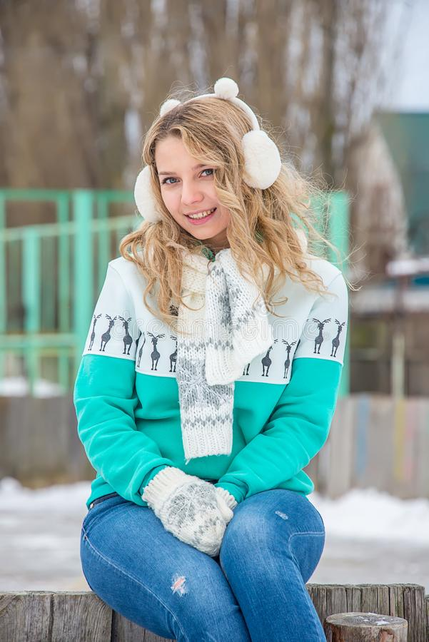 一个女孩的画象在耳机的冬天 免版税图库摄影