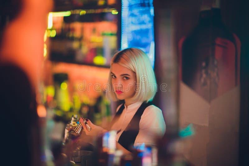 一个女孩的画象夜酒吧的,在柜台后 免版税图库摄影