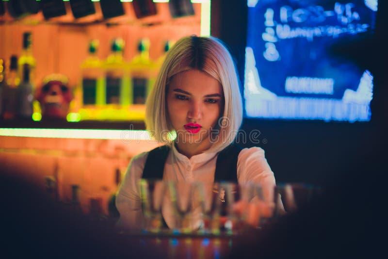 一个女孩的画象夜酒吧的,在柜台后 免版税库存图片