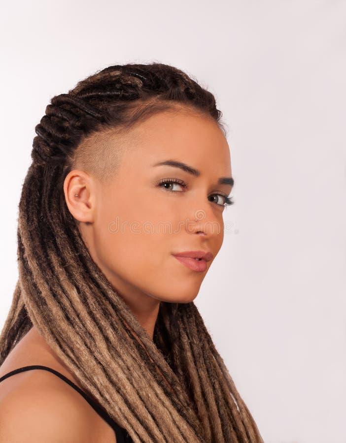 一个女孩的画象有非洲辫子的 免版税库存照片