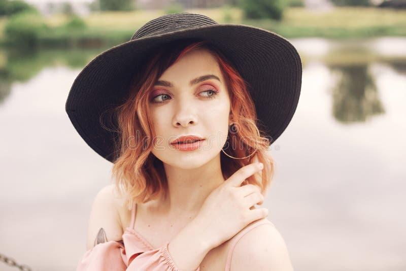 一个女孩的画象河的背景的 海滩的美女与桃红色头发和美好的构成 免版税库存图片
