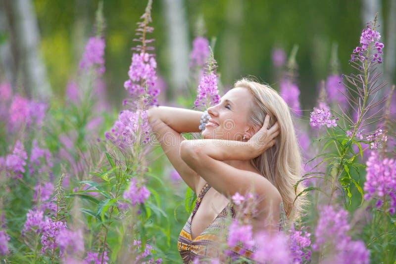 一个女孩的纵向有花chamerion的 库存照片