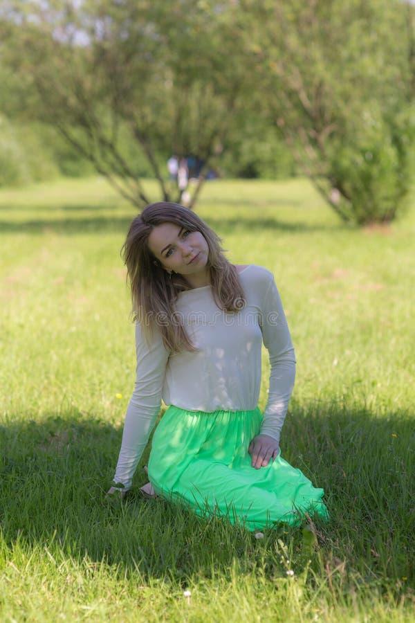 一个女孩的纵向草的 免版税库存图片