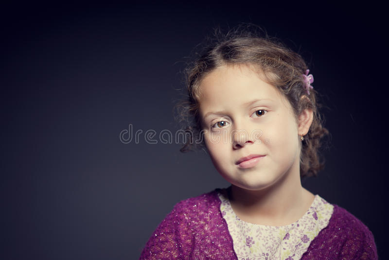 Download 一个女孩的美丽的面孔有卷发的 库存照片. 图片 包括有 头发, 卷曲, 可爱, 表面, 特写镜头, 敬慕 - 30337936