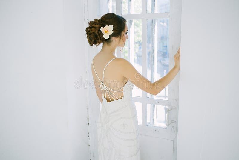 一个女孩的艺术画象葡萄酒礼服的 免版税库存照片