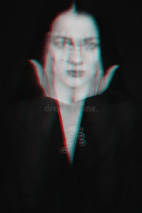 一个女孩的荧光的黑白画象有小故障作用的 免版税库存图片