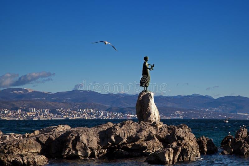 一个女孩的雕塑有一只海鸥的在奥帕蒂亚,克罗地亚 图库摄影