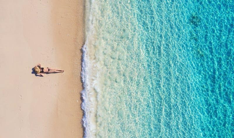 一个女孩的鸟瞰图海滩的在巴厘岛,印度尼西亚 假期和冒险 海滩和绿松石水 从寄生虫的顶视图在b 免版税库存照片